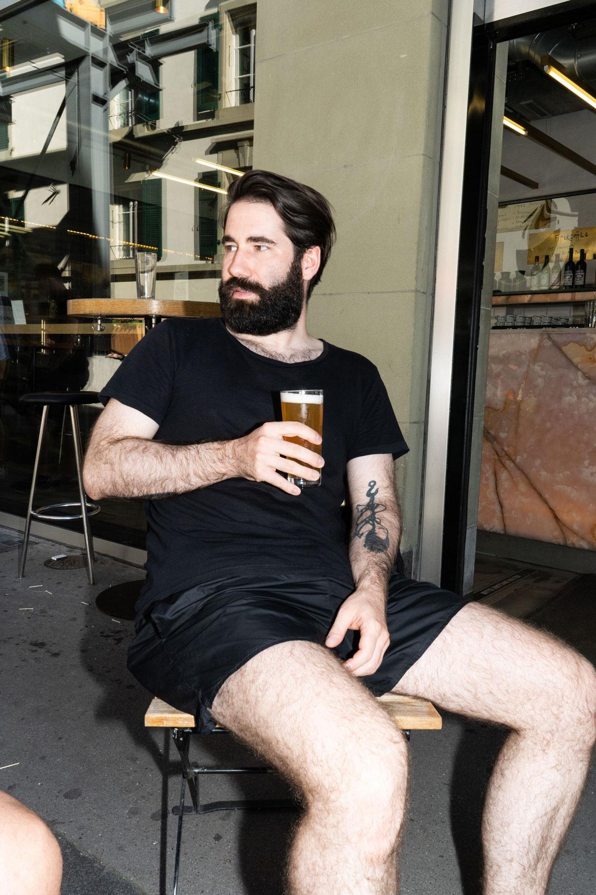 Versa Bar Bern Gast Bier trinkend