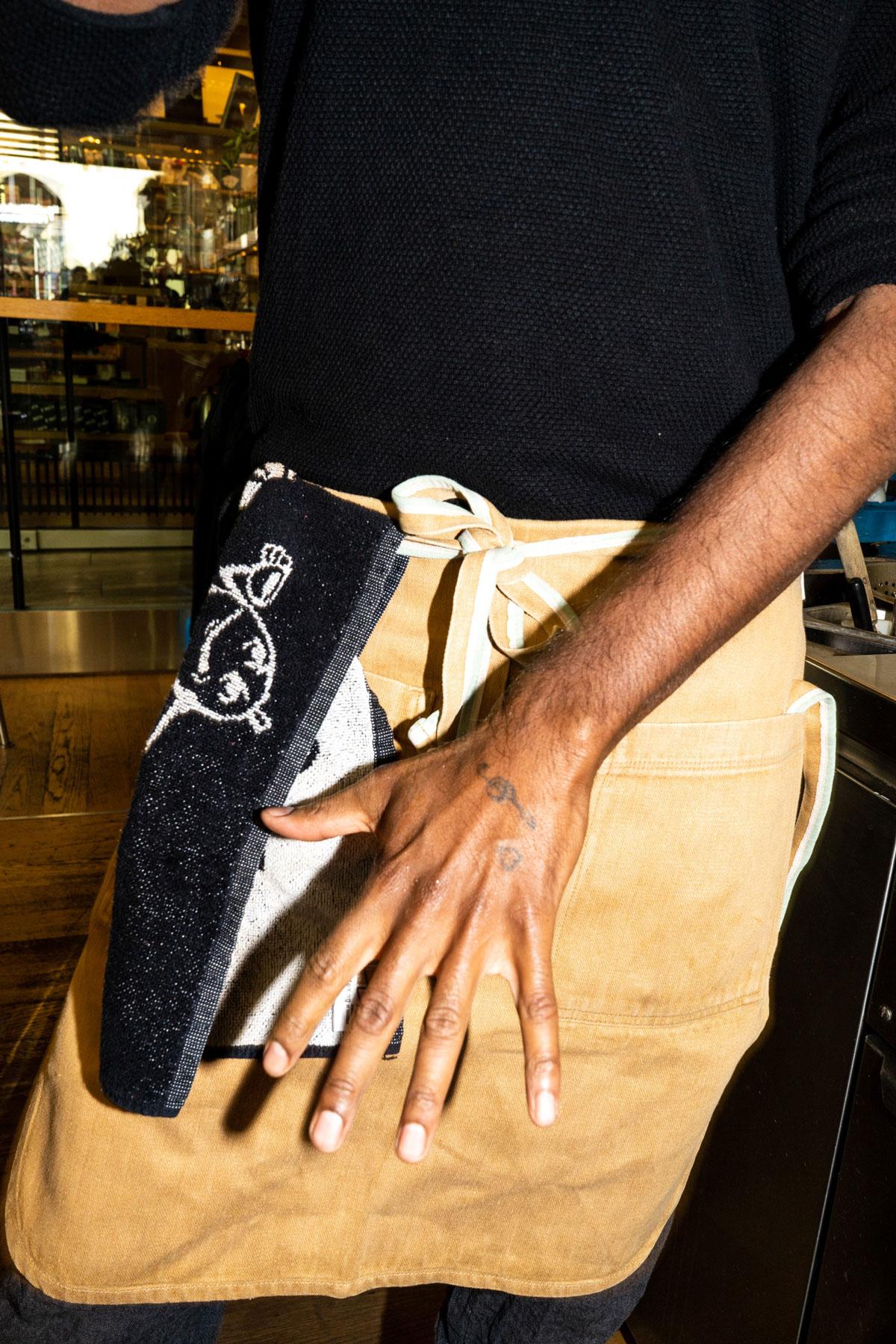 Versa Bar Bern Mitarbeiter Hand