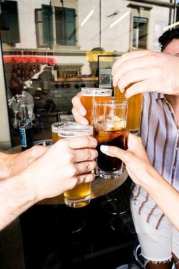 Versa Bar Bern Freunde anstossen